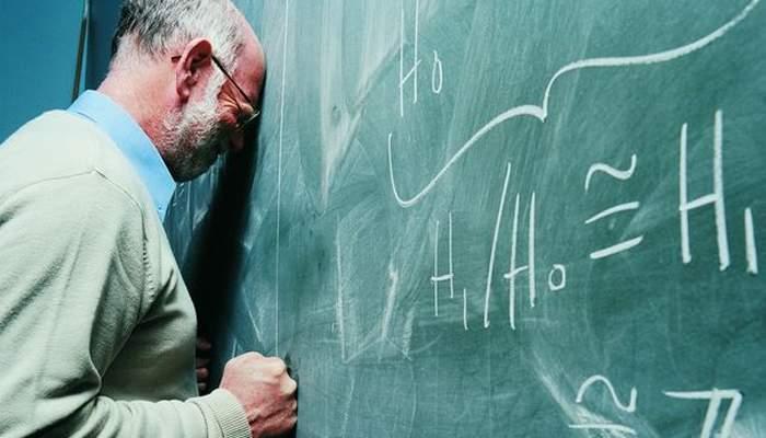 """Profesorul în chiloţi explică: """"Dacă port pantaloni, pierd sporul de ruşine"""""""
