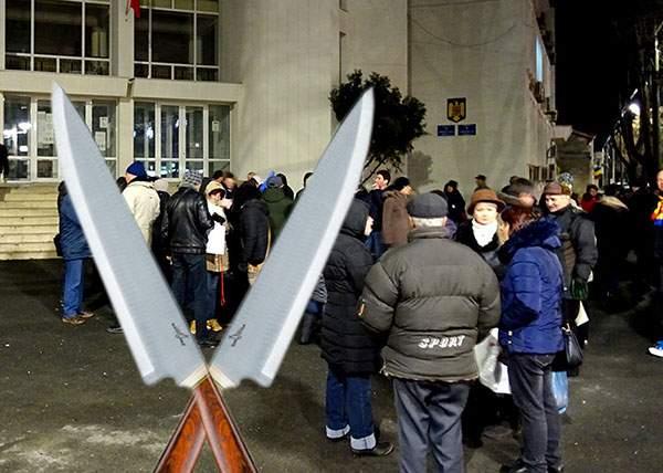 Protest pașnic cu cuțite în fața prefecturii Brăila împotriva violențelor