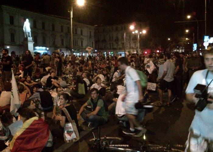 Acţiune 2în1: Guvernul intervine cu haite de maidanezi pentru dispersarea protestatarilor anti-RMGC