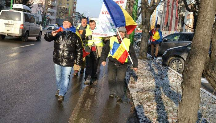 Protest faţă de întârzierea metroului. Un grup de locuitori în Drumul Taberei a pornit pe jos spre Capitală