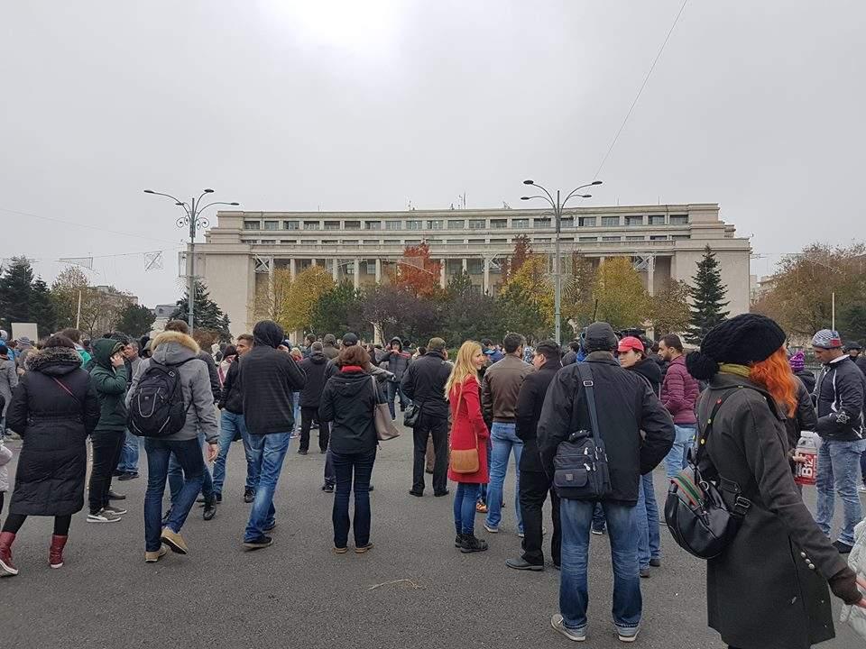 """Se vede c-a fost făcut pe grabă! Protestatarii de la Guvern au uitat pancarta cu """"Mu*e Dragnea și Tudose!"""""""