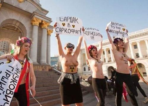 Pensionarii români le-au angajat pentru un miting pe ucrainiencele care protestează în pielea goală