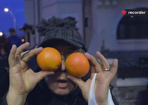 Greul abia acum începe pentru protestatarii de la Cotroceni! Se chinuie să afle cum se curăță portocalele