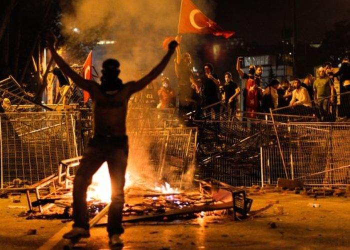 """Dan Voiculescu vrea să închirieze protestatari din Turcia: """"Cu ei sigur îl dau jos pe Băsescu"""""""