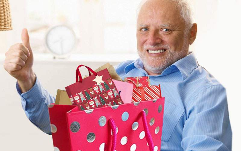 A dat lovitura! Un român a oferit o pungă de cadouri plină cu pungi de cadouri