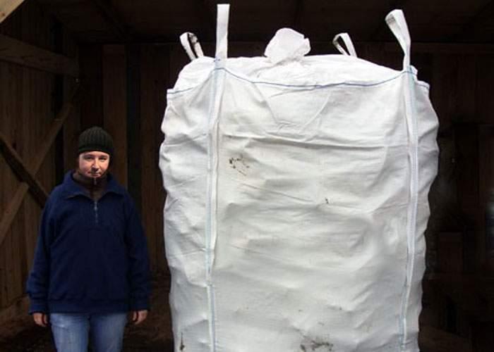 Record: un român deţine o pungă uriaşă, în care ţine mii de alte pungi