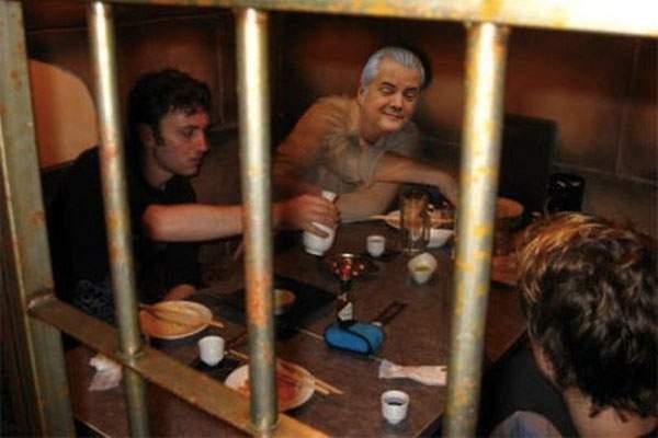 """Ceilalţi deţinuţi de la Jilava abia aşteaptă să plece Năstase: """"Ni s-a urât de icre negre şi somon"""""""