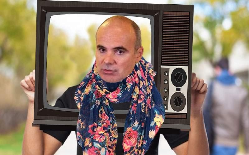 Ca să-l recunoască alegătorii, Rareş Bogdan ţine o ramă de televizor în mâini