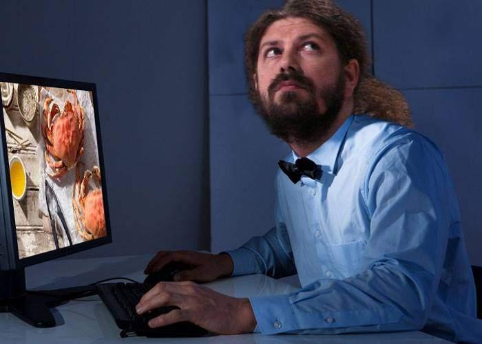 Scandal! Remus Cernea a fost surprins de Ioana Stăniloiu uitându-se pe net la reţete cu crabi
