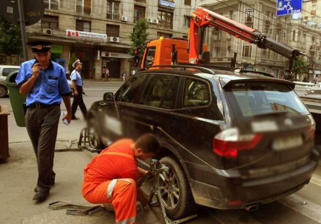 Poliţiştii din Bucureşti s-au chinuit 12 ore să ridice o maşină din cauza greutăţii imense a icoanelor din parbriz