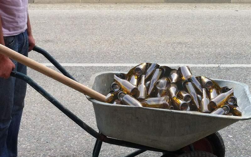 Un român care n-a mai ieşit de 2 luni are 3 saci de gunoi și 7000 de sticle goale de bere