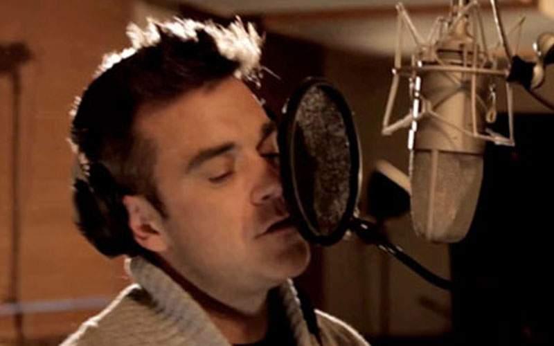 """Robbie Williams, surprins repetând """"Aşa sunt zilele mele"""" pentru Untold"""