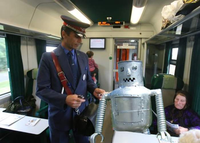 România a creat un robot inteligent, care merge cu trenul fără bilet şi dă 5 lei la naş