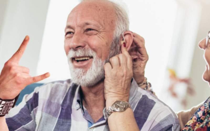 A dat lovitura! Un român a inventat aparatul auditiv care prinde şi Rock FM