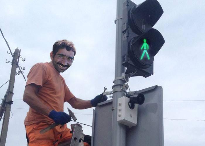 Ingenios! Un român a furat un semafor şi acum trece strada pe unde vrea el