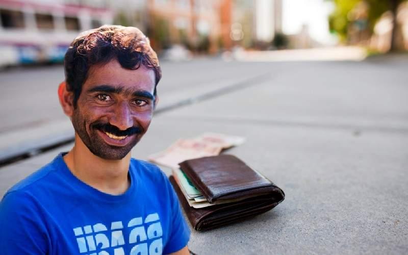Un român a văzut un portofel cu 4000 de euro pe jos şi nu l-a luat de frica virusului