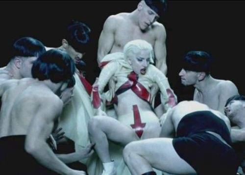 Românii, şocaţi să afle că Lady Gaga este cântăreaţă, nu actriţă porno