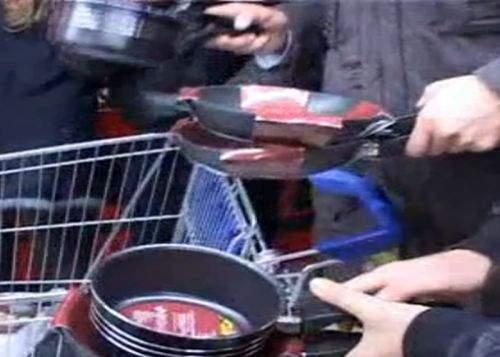 În aşteptarea viiturii, românii iau cu asalt hypermarketurile! Vânzări record de tigăi şi bormaşini