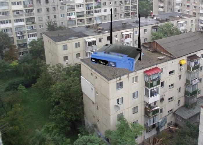 Sătul de netul prost din hoteluri, un român şi-a construit un router de 10 tone care bate până la mare