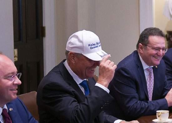 SUA și-au exprimat din nou sprijinul pentru Iohannis: I-au mai trimis o șapcă
