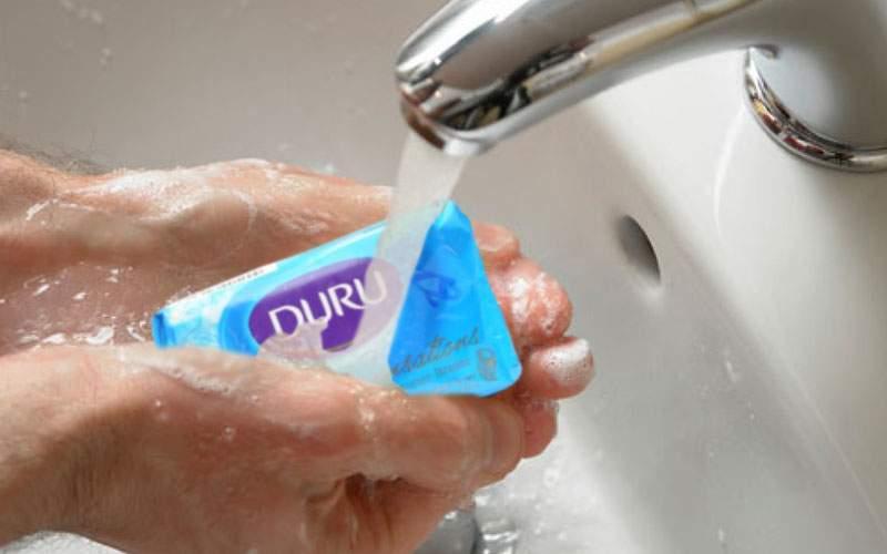 Majoritatea românilor se spală cu săpun, dar nu-l scot din ambalaj, să țină mai mult