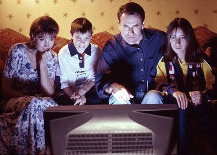 Românii bogaţi se plâng că televizorul le aduce sărăcie în casă