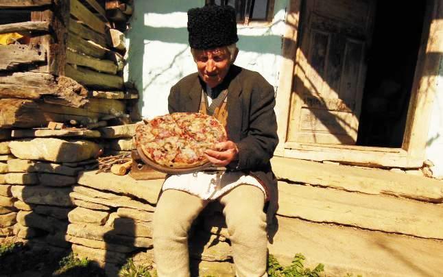 Tradiție în pericol! Într-un sat din Apuseni nu se mai găsește mozzarella pentru pizza țărănească