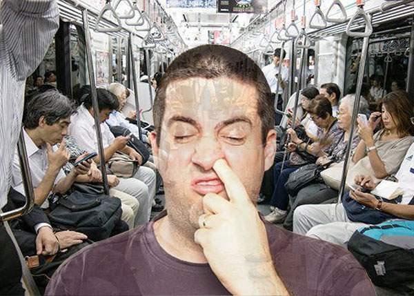 Alarmant! De când toți din metrou au smartphone, rata scobitului în nas a scazut cu 94%