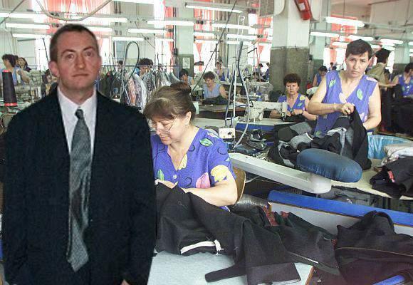 Masochist. Chiar înainte de 1 Martie s-a angajat şef de secţie la croitorie şi are 250 de colege