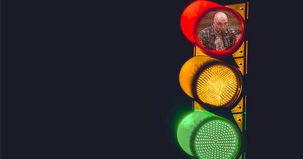 Un IT-ist a hackuit semafoarele ca să apară filme pe ele când e roşu