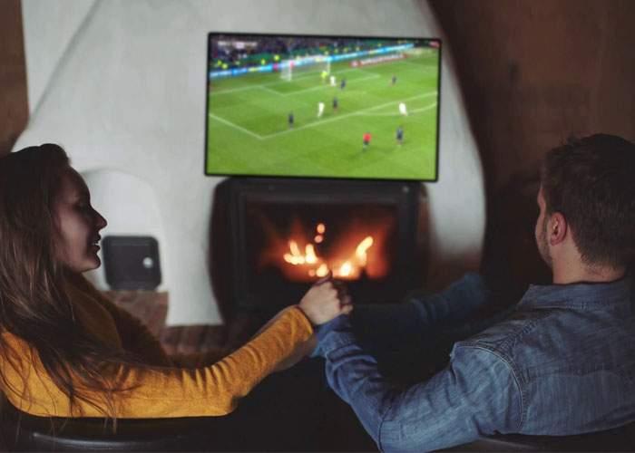 Ingenios! Un bărbat şi-a pus şemineu sub televizor, ca să se uite romantic la meci împreună cu soţia