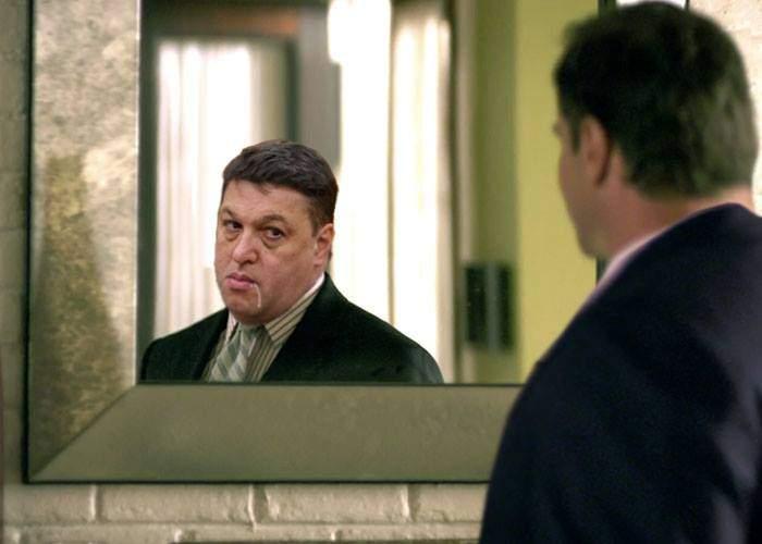 Șerban Nicolae o comite din nou! Azi a jignit timp de zeci de minute mai multe oglinzi de pe holurile Parlamentului