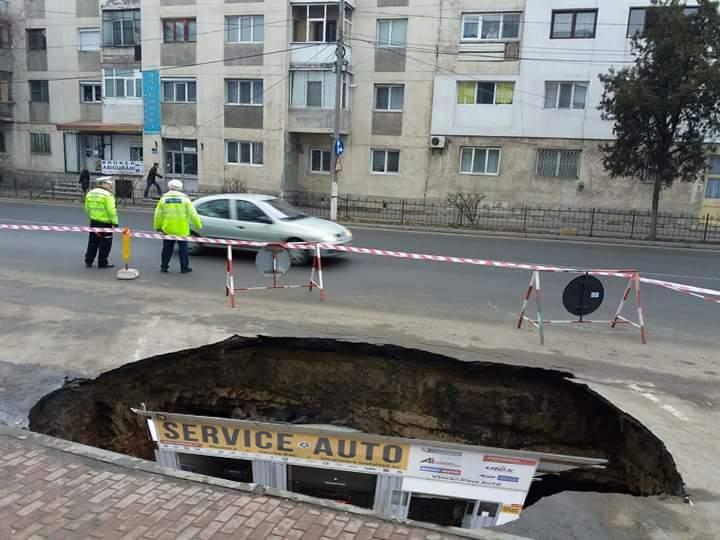 În București gropile s-au mărit atât de mult încât s-au deschis service-uri auto în ele
