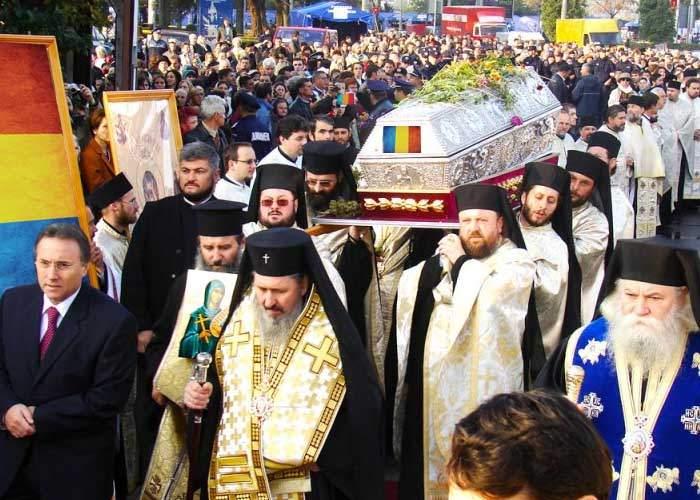 Românii s-au adunat la Patriarhie pentru a atinge moaştele Sfântului 1 Decembrie
