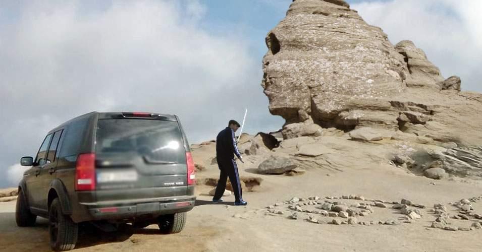 Un şmecher cu jeep a sărit cu sabia la Sfinxul din Bucegi fiindcă nu se dădea din drum