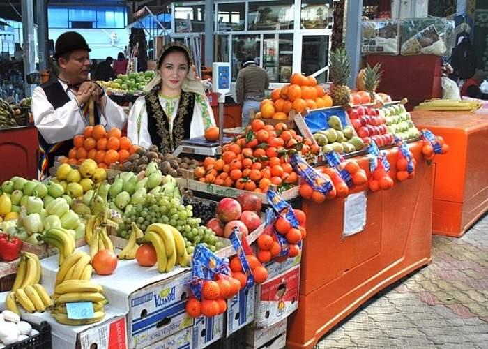 Un sibian excentric vinde banane şi portocale într-o piaţă din Bucureşti