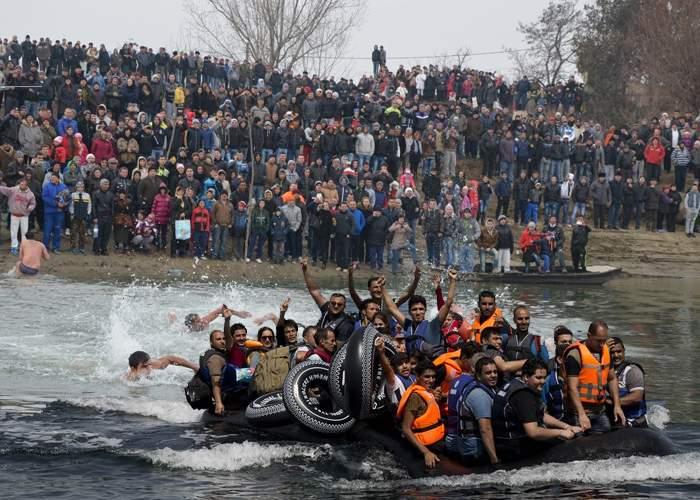 Participare record în Mehedinţi. S-au aruncat în Dunăre după cruce 20.000 de sirieni
