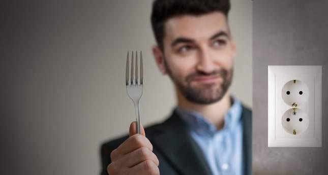 Smiley nu se lasă bătut: acum apare într-o reclamă în care bagă o furculiță în priză