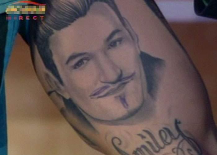 Hoţii lovesc din nou! Celebrul tatuaj reprezentându-l pe Smiley a fost sustras ieri de pe Alex Velea