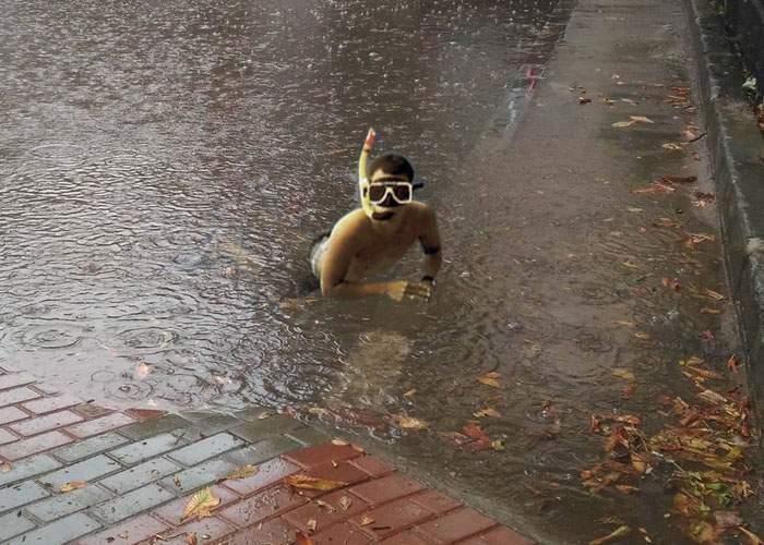 Efectul ploilor: mii de bucureşteni, nevoiţi să facă snorkeling ca să-şi găsească maşina în parcare