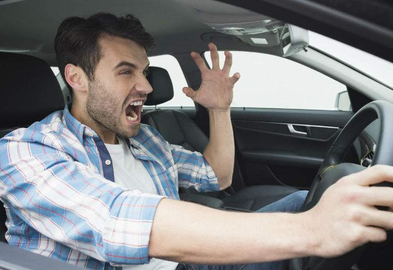 Un şofer a stat 4 ore la coadă la McDrive, crezând că e coada de la vulcanizare