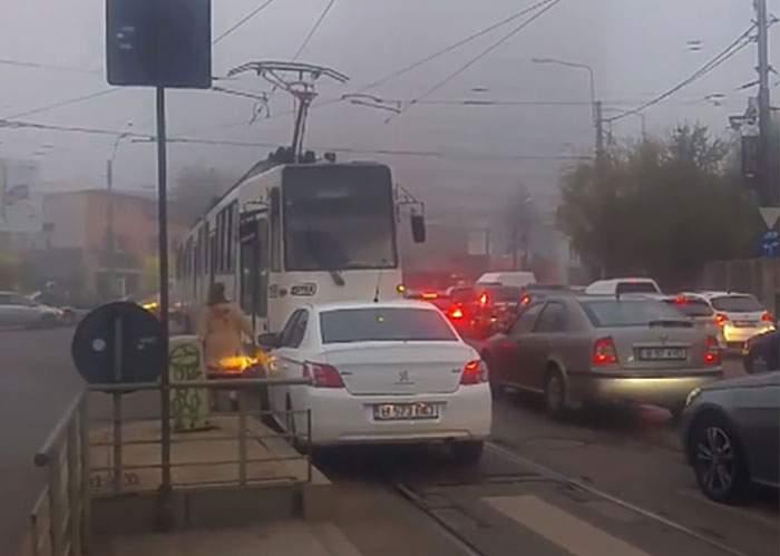 BUCUREȘTI. Tramvai deraiat după ce vatmaniţa s-a dat din calea unei şoferiţe
