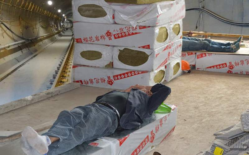 Care caniculă? Muncitorii de la metroul Drumul Taberei dorm duşi, în tunel sunt 15 grade