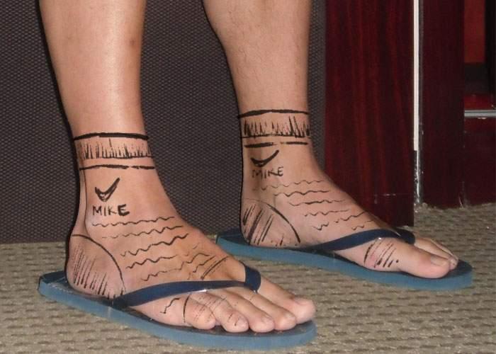Trendul verii! Cocalarii îşi tatuează şosete, ca să poată umbla şi ei cu picioarele goale în şlapi