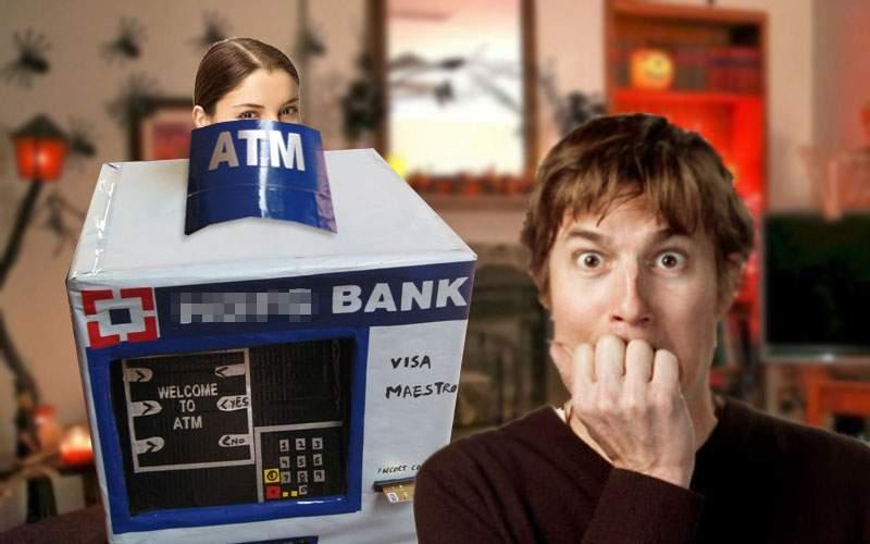 Halloween oribil. O femeie s-a deghizat în bancomat şi i-a înghiţit cardul soţului