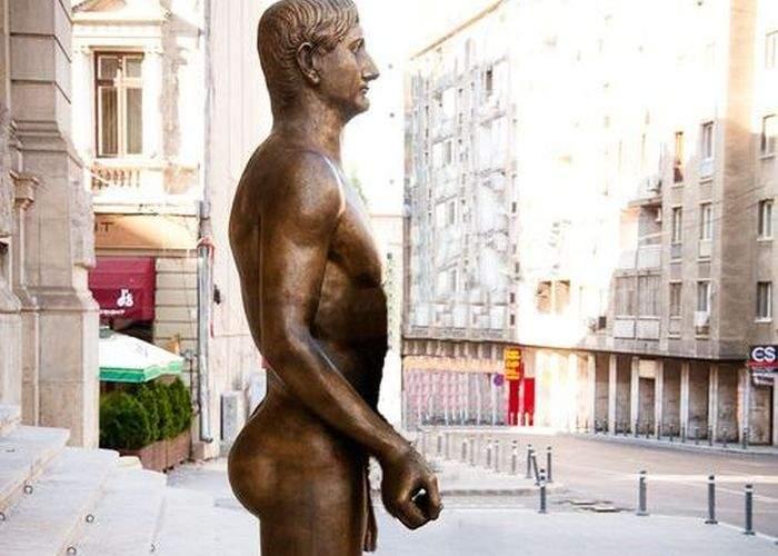 Hingherii au ridicat maidanezul ţinut în braţe de statuia împăratului Traian