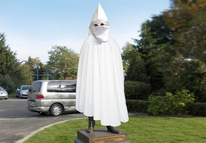 Statuile considerate rasiste din SUA vor fi învelite cu un cearșaf alb cu tichie