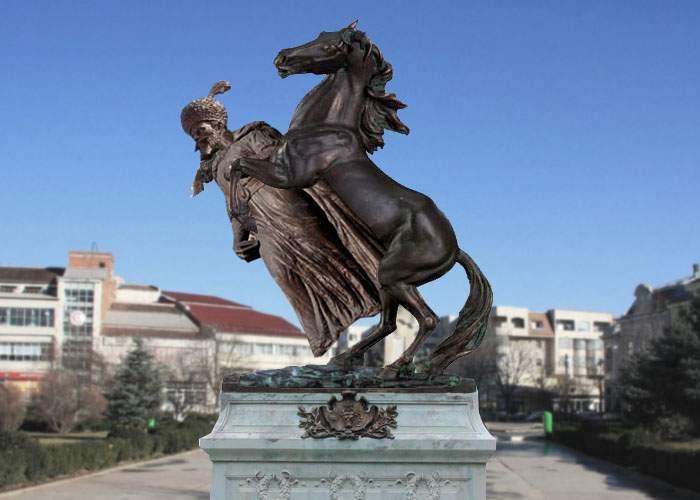 Scandal la dezvelirea statuii lui Mihai Viteazul în Caracal! Sculptorii au pus calul deasupra