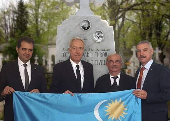 Scandalos! Ambasadorul american recidivează. S-a pozat cu steagul secuiesc şi la mormântul lui Vadim