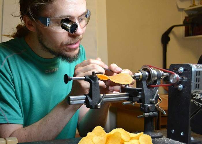 Un student de la Poli e atât de chibzuit, că taie chipsurile în două felii ca să-l ţină mai mult